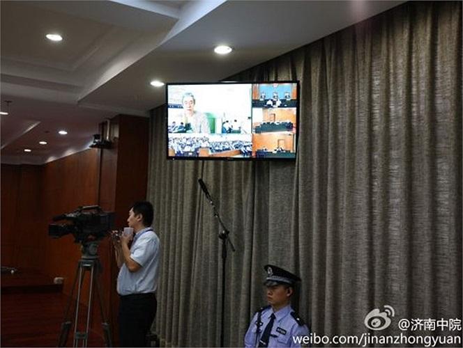Cảnh sát, nhà báo bên trong phiên tòa xét xử Bạc Hy Lai đang diễn ra ở Tế Nam