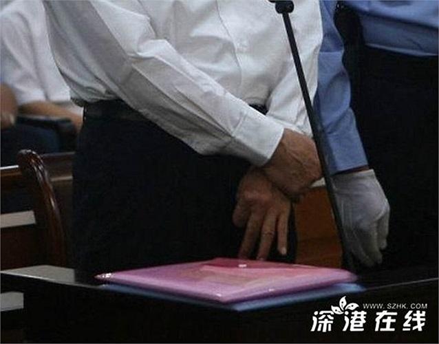 Hình ảnh cho thấy hai tay của ông Bạc không bị còng