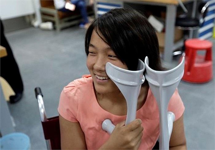 Nhìn thoáng qua, Qian Hongyan, 18 tuổi, sống tại tỉnh Vân Nam - Trung Quốc, trông như những cô gái bình thường khác. Nhưng câu chuyện của em là một ví dụ điển hình cho nghị lực sống phi thường.