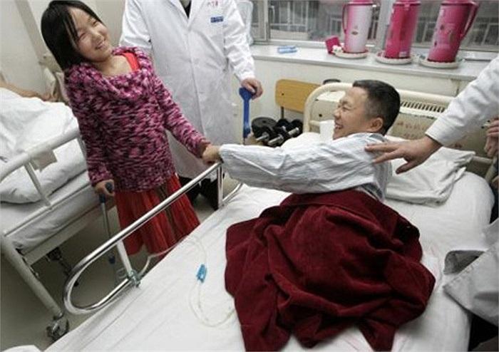 Năm 2005, lúc Hongyan lên 11 tuổi, em đã nhận được một đôi chân giả từ bệnh viện China Rehabilitation sau những cố gắng không biết mệt mỏi của em. Trong ảnh là cô bé bóng rổ đang gây cảm hứng cho một bệnh nhân mất 2 chân.