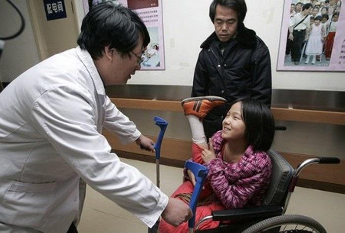 Bức ảnh chụp năm 2007 mô tả cảnh cô bé Hongyan nhận được một đôi chân giả lớn hơn để phù hợp với sự phát triển cơ thể của em.