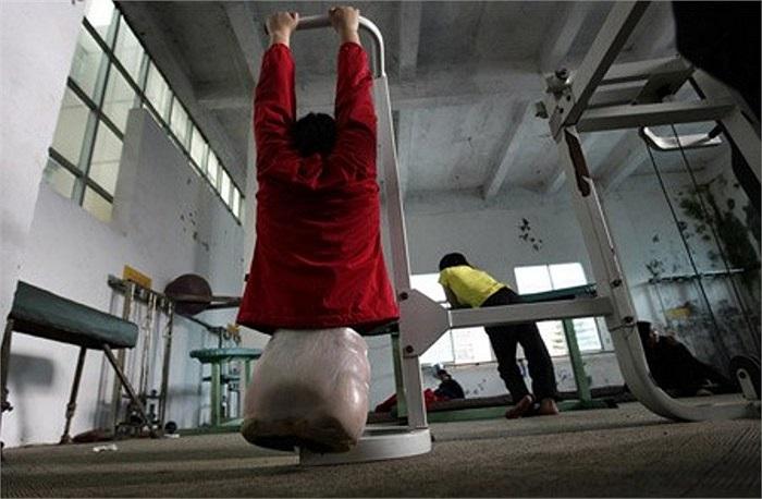 Bức ảnh chụp cô bé bóng rổ năm 16 tuổi, em đang tập luyện sức lực trong một khoá học bơi lội tại trung tâm Kunming.