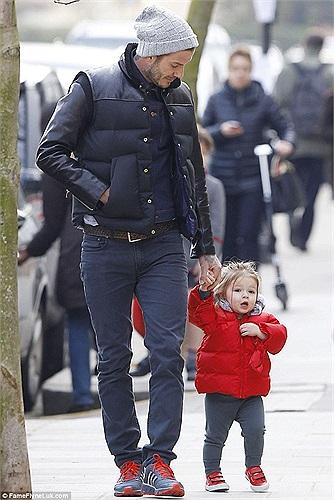 Beckham dẫn con gái đi dạo