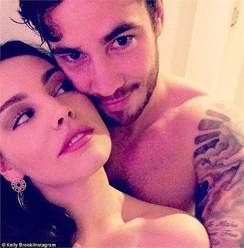 Kelly Brook tung ảnh thân mật với bạn trai cũ Danny Cipriani