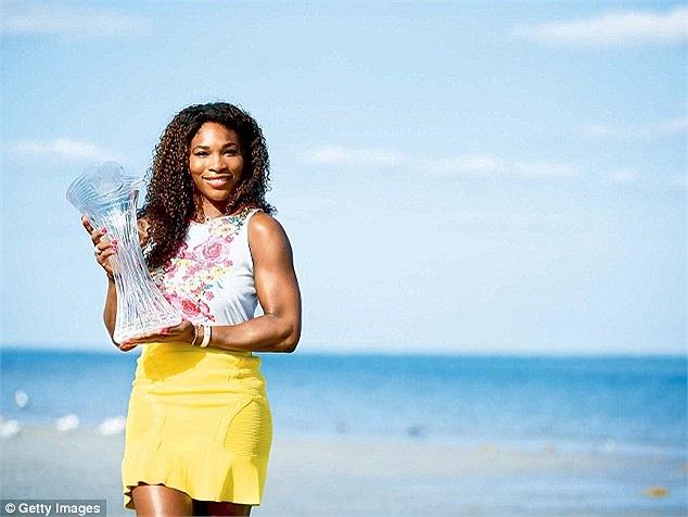 Serena Williams khoe cúp vô địch bên bờ biển
