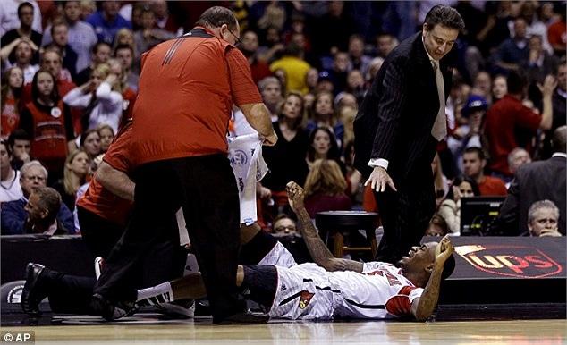 Kevin Ware đau đớn lăn lộn trên sân