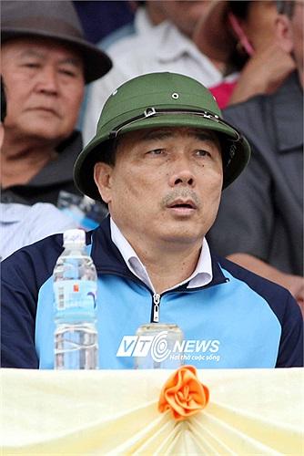 Bầu Đệ đội mũ cối đến xem trận Thanh Hóa 1-0 HAGL. Thắng trận này, đội bóng xứ Thanh tạm đứng thứ 2 trên BXH sau 2 chiến thắng, 1 trận hòa.