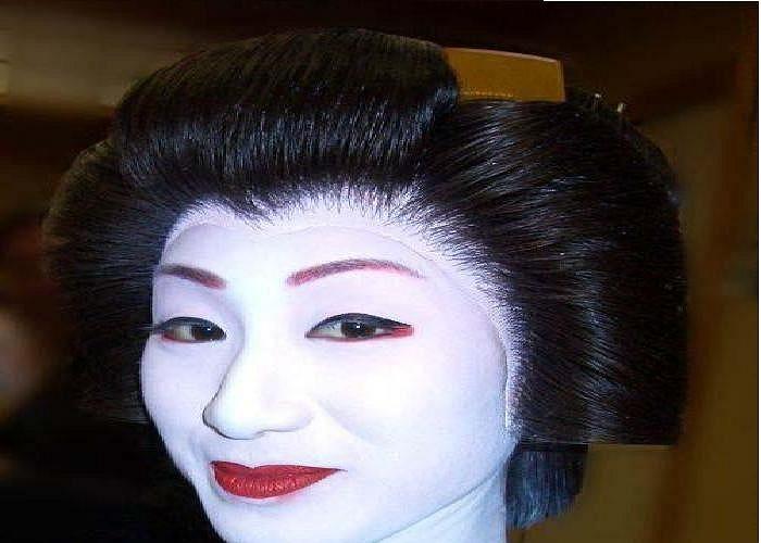 Đắp mặt nạ Geisha, được làm từ phân chim sơn ca