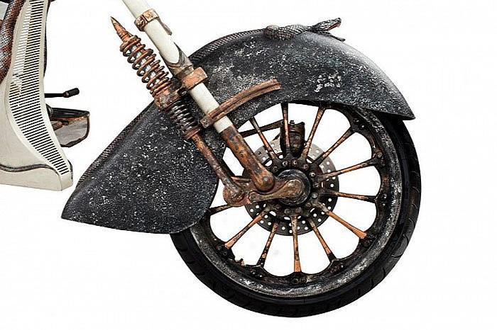 Thiết kế xe lấy cảm hứng từ nữ thần rắn Medusa với các chi tiết trang trí hình con rắn trên chắn bùn, khung xe... và đầu nữ thần rắn được gắn trên bình xăng.