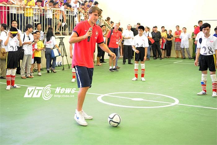 Vẽ một vòng tròn lớn đường kính tầm hơn 10m, với trung tâm là Ignasi Miquel, ngôi sao Arsenal lần lượt chuyền bóng cho từng học viên