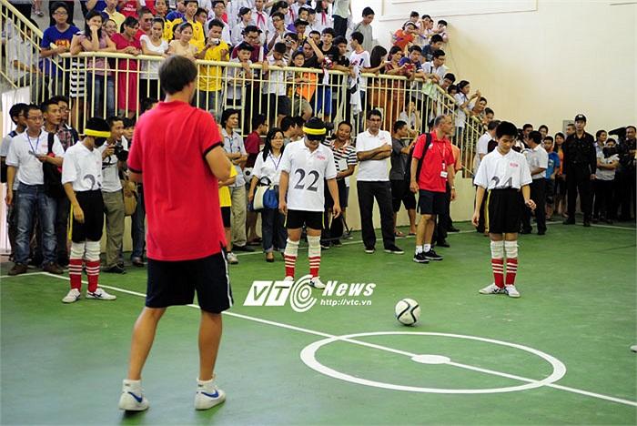 Sau khi nhận bóng, các học viên sẽ cố gắng đá về trúng hướng Ignasi Miquel đã phát ra