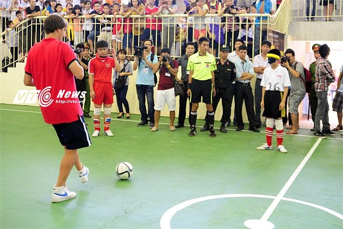 Bài tập chuyền bóng tiếp tục xoay vòng cho đến người cuối cùng, trước khi bắt đầu lại từ đầu