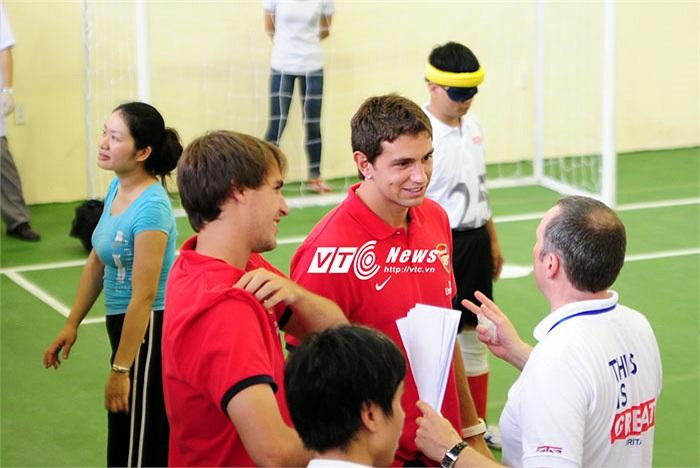 Sau khi chứng kiến các học viên khiếm thị chơi 1 hiệp đấu, Ignasi Miquel và Damian Martinez đã được quyền xuống sân