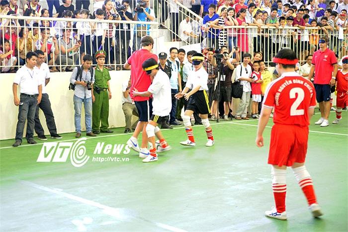 Ignasi Miquel bị vây quanh bởi các đội bóng đối phương