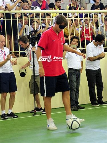 Còn bản thân hậu vệ trẻ này, dù bị bịt mắt, vẫn xử lý khá điêu luyện với trái bóng
