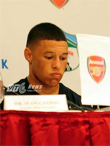 Suốt thời gian Arsene Wenger trả lời phỏng vấn, Chamberlain dường như khá sốt ruột