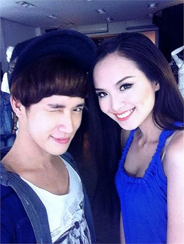 Hoa hậu Diễm Hương cũng pose hình xì tin cùng trang điểm riêng.