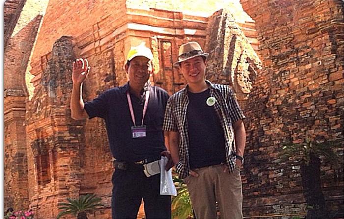 Hết làm MC thì làm thầy giáo, Lê Anh đang trong chuyến thực tế miền Trung. Ảnh chụp ở tháp Chàm, Nha Trang.