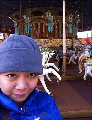 Nghi Xuân The Voice chụp hình tại trường quay Nấc thang lên thiên đường tại Hàn Quốc.