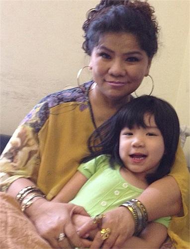 NSND Thanh Hoa cùng cháu gái, con của Tôn Thất Thái Sơn. Sau một thời gian chung sống, chàng ca sĩ này đã ly dị vợ. Hiện, con gái đang sống cùng bố và ông bà nội.