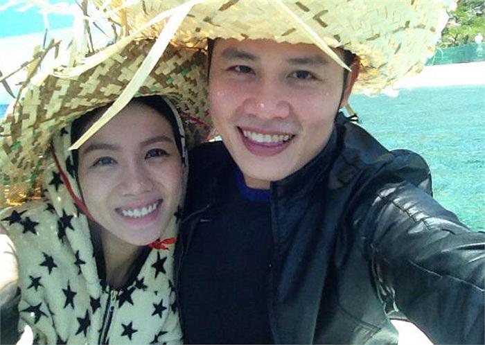 Vợ chồng nhạc sỹ Nguyễn Văn Chung đang trong kỳ nghỉ xả hơi ở biển. Trông họ rất hạnh phúc. Nguyễn Văn Chung hiện cũng đang vui mừng vì có tên trong 2 đề cử giải Cống Hiến, ca khúc của năm và nhạc sỹ của năm.