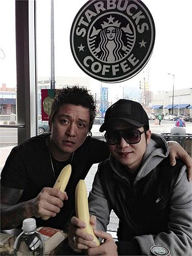 Tuấn Hưng và Quách Tuấn Du rủ nhau đi uống cà phê sành điệu. Nhưng sao lại khoe ăn chuối nhỉ?