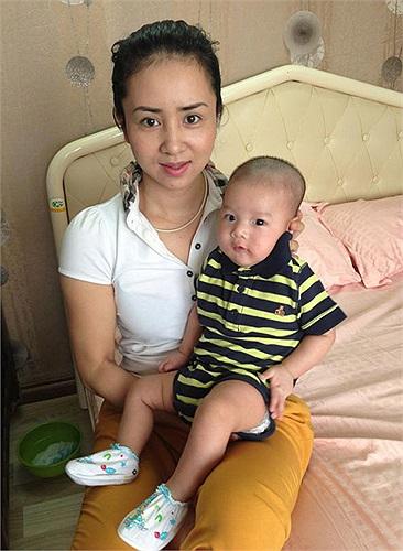 Nữ vận động viên Ushu Thúy Hiền vào Nam thăm cháu, con trai Thúy Vinh trông đáng yêu vô cùng.