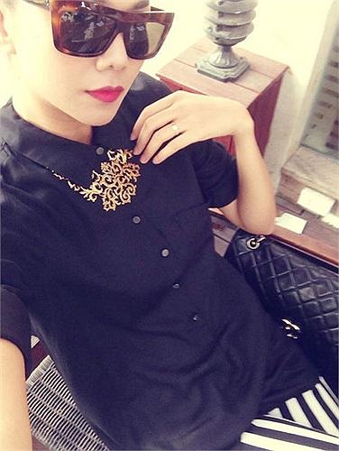 Thanh Hằng kiêu sa kính đen váy đen.