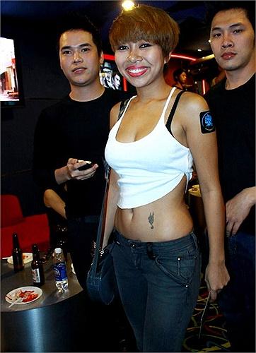 Thảo Trang thực sự sở hữu cơ thể cân đối và khỏe khắn nên rất hợp với kiểu diện đồ hở eo này.