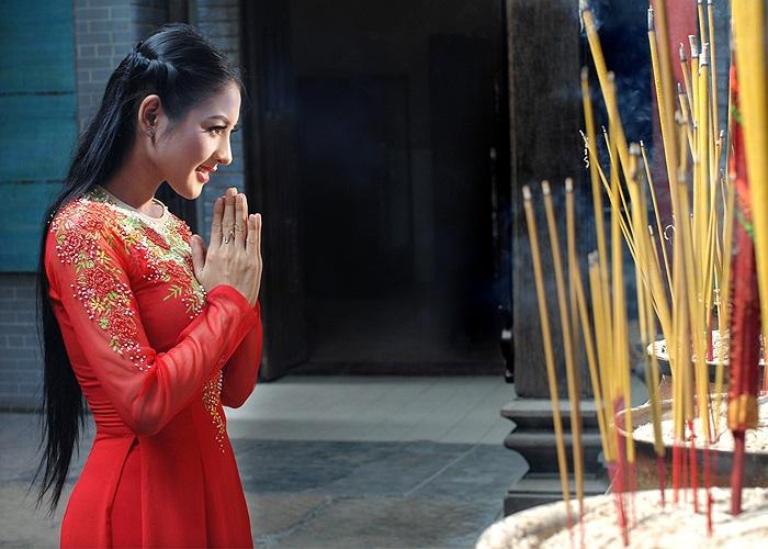 Thái Nhã Vân diện áo dài đỏ của nhà thiết kế Minh Châu để vào nơi trang nghiêm