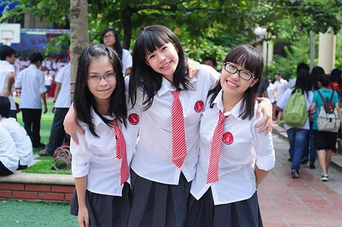 Bộ đồng phục của Marie Curie Hà Nội trông rất giống đồng phục của tiếp viên hàng không và được đánh giá là một trong những kiểu đồng phục đẹp nhất các trường trung học miền Bắc.