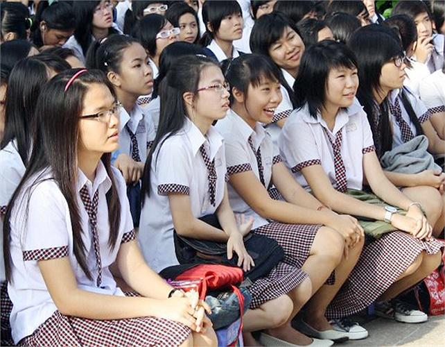 Teen Hoàng Hoa Thám diện đồng phục trong một buổi chào cờ đầu tuần.