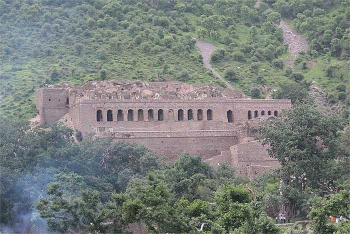 Ngay sau đó, một tai họa khủng khiếp (mà đến ngày nay vẫn còn là bí ẩn) đã giáng xuống thành Bhangarh, khiến cho cư dân của nó phải lần lượt bỏ đi.