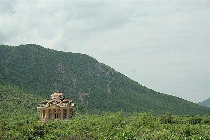 Khu vực trung tâm của Bhangarh bị bỏ hoang vào khoảng năm 1630, chỉ còn lại một số ít người dân tiếp tục sinh sống ở những vùng ven thành phố.