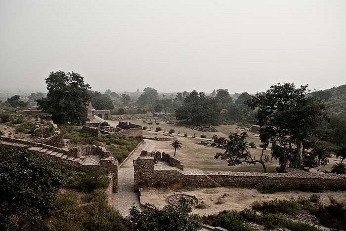 Rải rác khắp khu vực rộng lớn là nhiều công trình kiến trúc kỳ vĩ, bao gồm các pháo đài, cung điện, đền thờ của những vị thần Hindu như Shiva, Lavina Devi…