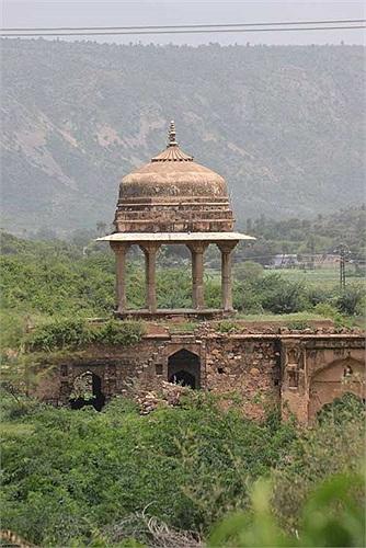 Bhangarh được xây dựng vào năm 1573 dưới triều đại Bhagwant Das. Một thành phố thực sự hoành tráng với nhiều công trình đền chùa, thành quách bằng đá.