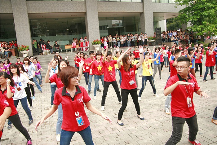 Hàng trăm sinh viên ĐH Ngoại thương đã cùng tụ tập tại sân khấu ngoài trời để cùng tham gia hoạt động chào mừng ngày thành lập Đoàn 26/3