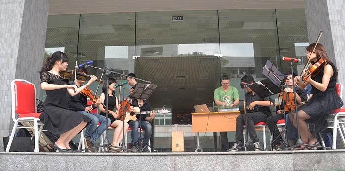 Sân khấu mở đã đưa tiếng đàn đến với hàng nghìn sinh viên