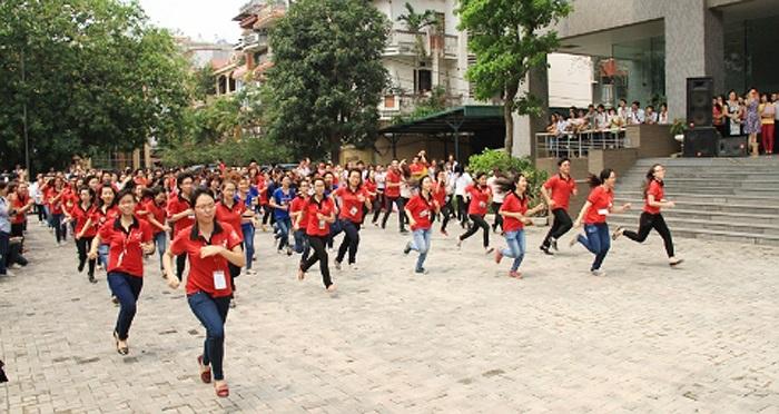 Hàng trăm sinh viên cùng mặc áo đỏ đã tạo nên ấn tượng đặc biệt cho tiết mục nhảy thú vị này