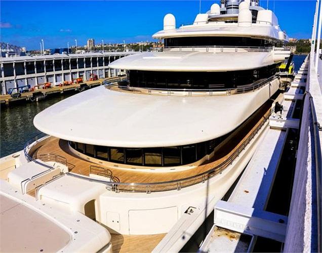 Hình ảnh tráng lệ của chiếc siêu du thuyền tại bến cảng Manhattan.
