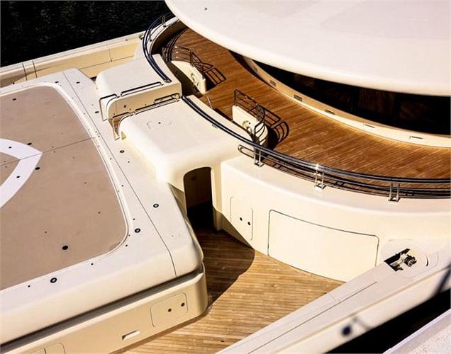 Bên trong siêu du thuyền có 2 bể bơi, nhà hàng, tiệm uốn tóc, rạp chiếu phim và sàn nhảy.