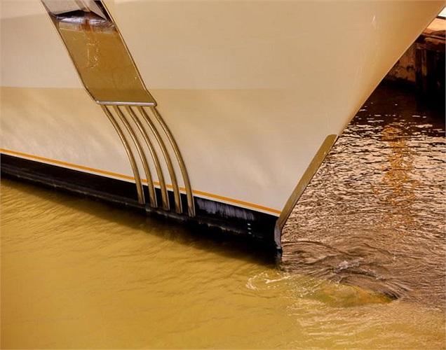 Chiếc du thuyền sử dụng một hệ thống ổn định đặc biệt giúp nó di chuyển êm ái qua các vùng biển sóng lớn.
