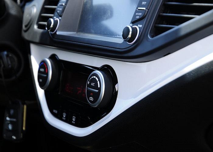 Xe có trang bị vô lăng gật gù có tích hợp điều khiển âm thanh, kết nối iPod/Aux/Usb,màn hình DVD tích hợp GPS/Bluetooth, cửa sổ trời, camera lùi,…