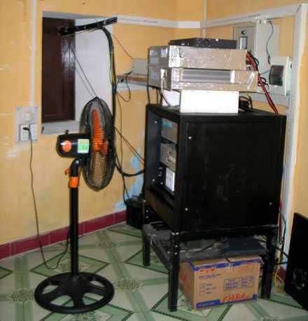Thiết bị trạm phát sóng di động đảo Cô Lin được ưu tiên hẳn 1 cái quạt để làm mát.