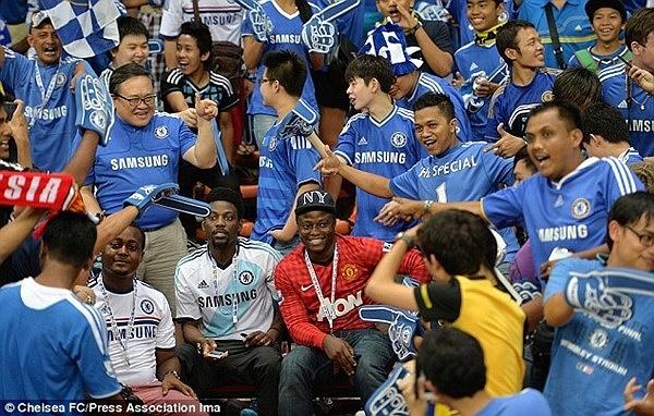 Fan MU dại dột khi mặc áo ngồi giữa cánh cổ động viên Chelsea