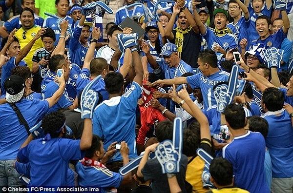 Cổ động viên Chelsea lột áo của chàng fan MU dại dột