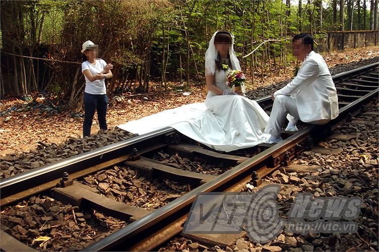 Hình ảnh được PV VTC News ghi lại tại đoạn đường sắt huyện Quảng Biên, Đồng Nai: Ngồi trên đường ray xe lửa chụp hình mà lòng hồi hộp, lo lắng, tâm trạng bất an