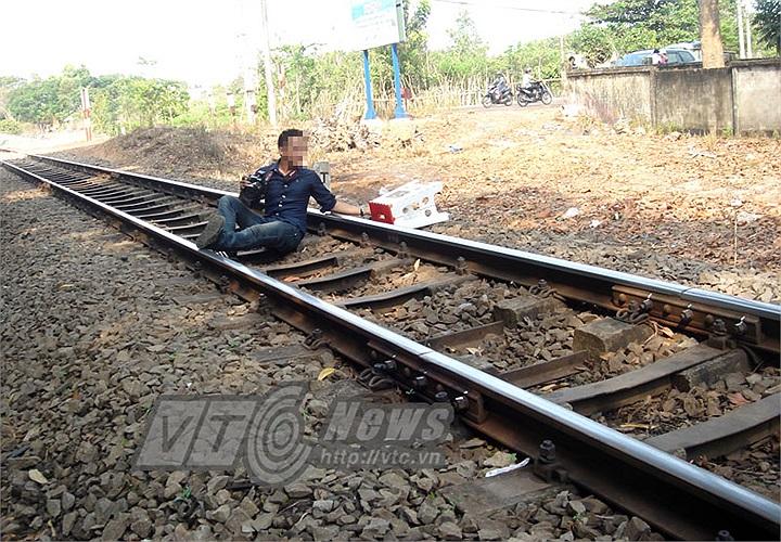 Liều lĩnh nằm trên đường ray