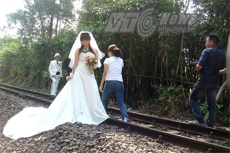 Cung đường này khuất do cây cối che chắn nên khi tàu hỏa chạy đến khó biết được mặc dù có báo còi