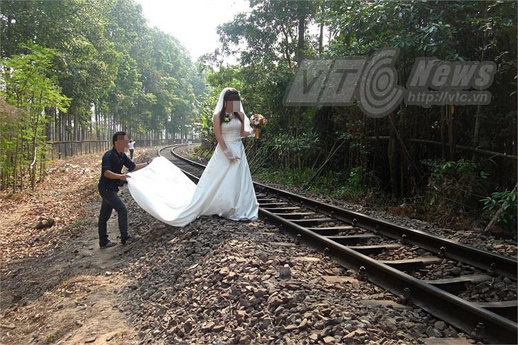 Trải áo cưới dài lên đường ray